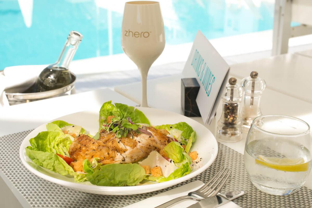 Zhero Hotel Palma Mallorca Restaurante en piscina terraza ensalada caesare
